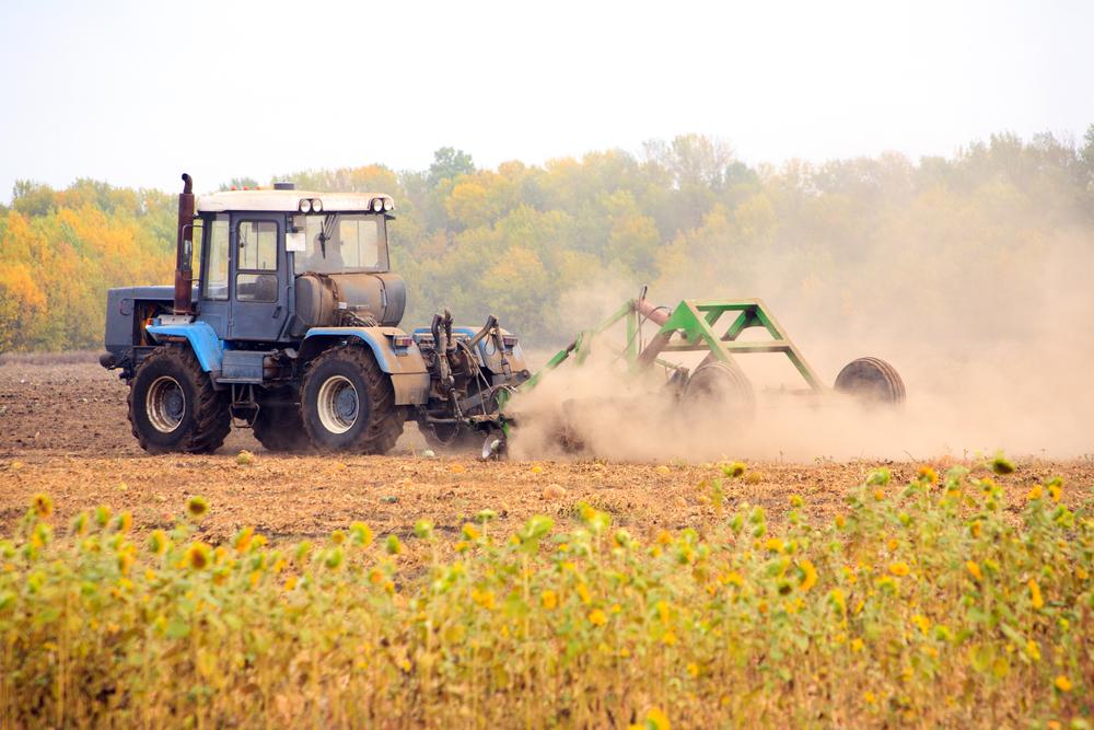 Trator em plantação agrícola